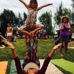 Frau und Kind machen Yoga
