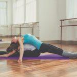2 Personen machen Yoga